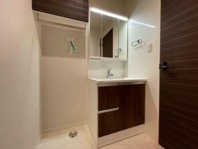 【脱衣所】三面鏡独立洗面台付きです☆ お隣にはランドリー棚もありタオル収納等に便利です♪