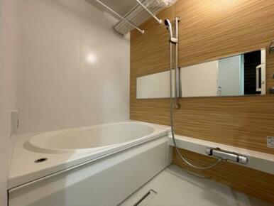 【浴室】暖かみのあるアクセントパネルを採用♪ 『追いだき』&『浴室乾燥機』が御座います☆