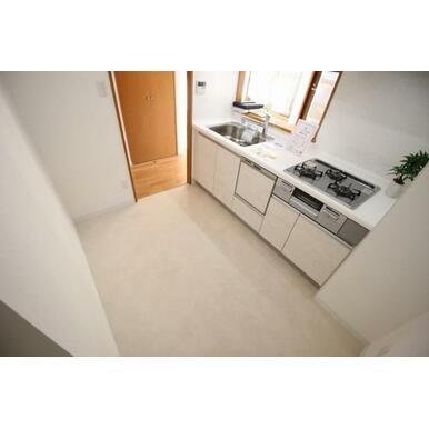 ビルトインの食器洗浄乾燥機など、使い勝手の良い設備を搭載したキッチン。