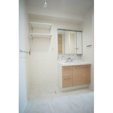 ◆洗面所◆洗髪洗面化粧台はシャワー付き・ボウルが大き目で、扱いやすいです!室内洗濯機スペース、収納棚