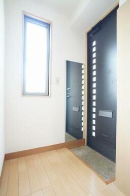 ◆玄関◆シューズボックスは棚の高さが変えられるので、ブーツなど丈が長い靴も収納しやすいです☆全身ミラ