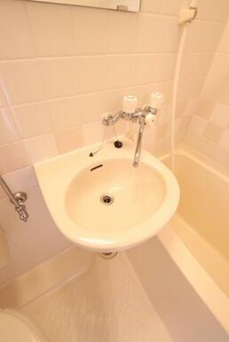 お風呂にある洗面台です♪