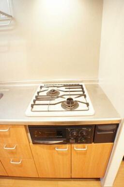 キッチンは2口ガスコンロに魚焼きグリル付きです