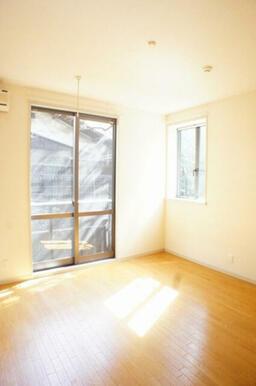 小窓もついて…明るいお部屋です☆