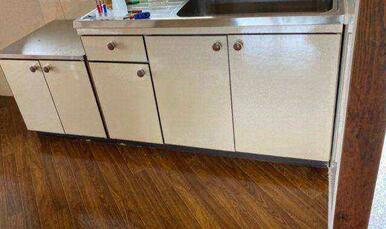 キッチン下収納の色を茶色から白色へ張替えしました。