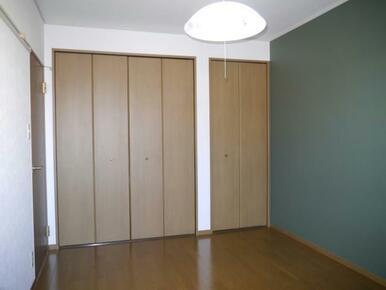 寝室にもぴったりな北の洋室はシックなグリーンを採用♪