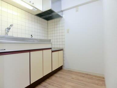 独立キッチンです ※同タイプ別部屋のお写真です。