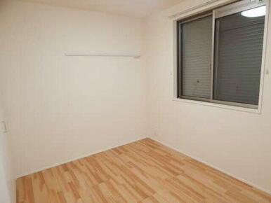 独立した洋室はベッドを置くスペースにピッタリの空間です♪