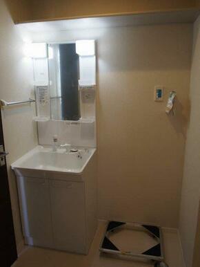 洗髪洗面化粧台と洗濯置場スペース♪♪上段に収納棚もついております♪♪