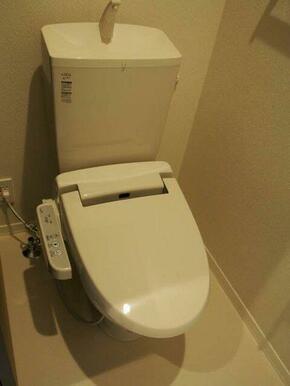 温水洗浄便座付トイレ♪♪トイレ内にも上段に収納棚あります♪♪