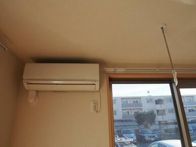 エアコン付・カーテンレールが付いて、更に何か物をかけるときに便利な物かけ金具付(ホスクリーン)♪♪