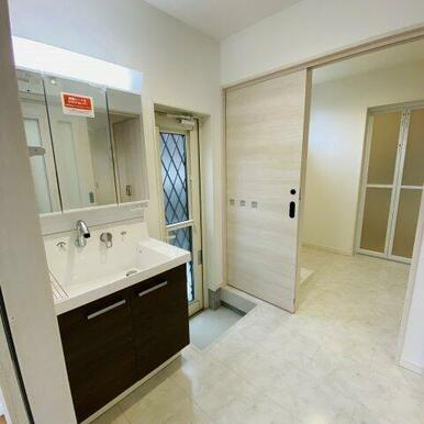 3面鏡がある洗面室