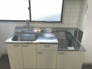 窓があり使いやすいキッチンです 新規交換