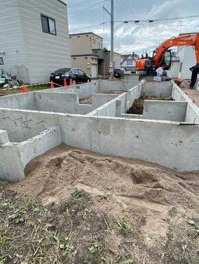 不同沈下に強い布基礎を採用。地盤の強度によって杭工事を行うかを判断し、20年間の地盤保証を標準装備と