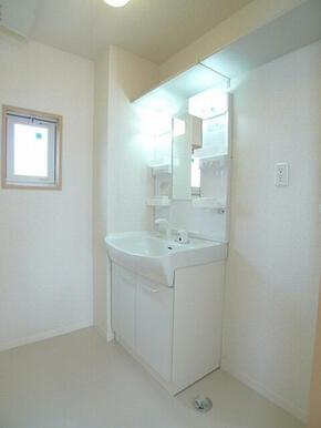【水廻り】洗面化粧台は使いやすいシンプルなタイプ♪隣は洗濯機置場になっており、上部の棚はバス用品の収