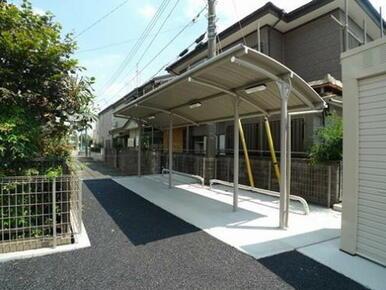 【屋根付き駐輪場】敷地内に入居者専用の屋根付き駐輪場がございます。