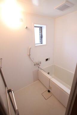 小窓付きで換気に便利なバスルーム