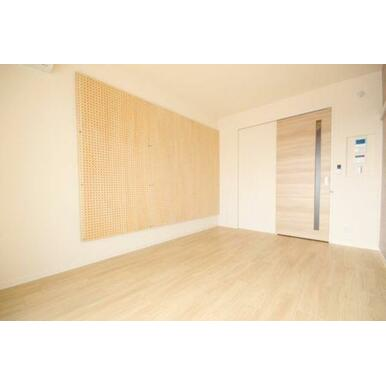 ◆洋室(6.8帖)◆有孔ボードが付いており、フックなどを用いてインテリアを飾ることもできます!吸音効