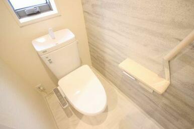 ◆トイレ◆大理石調の床が清潔感を出しています☆