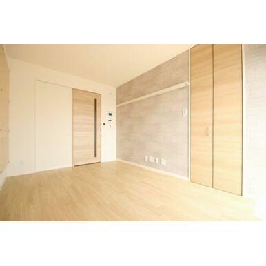 ◆洋室(6.8帖)◆写真右側の扉にはウォークインクローゼットがございます!