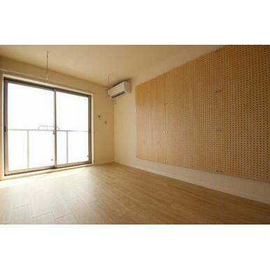 ◆洋室(6.8帖)◆うれしいエアコン付き!窓側にある室内物干しかけは雨や花粉が気になる季節に重宝しま