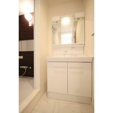 ◆洗髪洗面化粧台◆シャワー付きで、忙しい朝にもシャンプーができちゃいます☆ボウルも大きめで水ハネがし