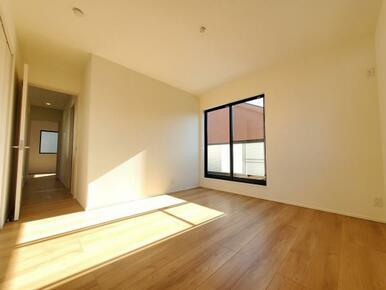 洋室 窓からのやさしい光が心地よいプライベートルーム。