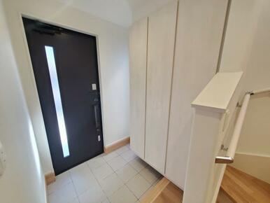玄関 棚板を外して入れ替え可能のシューズクローク標準装備です。