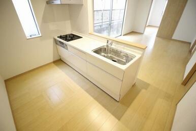 たっぷりと収納を備えた使いやすいシステムキッチン