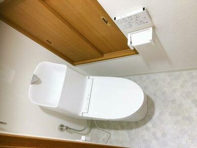 新品のシャワートイレに取り替えしてあります。ちょっとした物入も付いてるので、トイレットペーパー、掃除