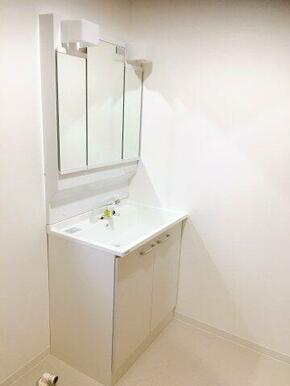 新品のシャワー付き3面鏡の洗面化粧台に取り替え済み。クッションフロアーも貼り替えてあります。