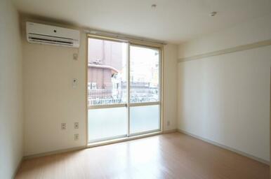 エアコン、洋服や絵などが掛けられる可動式壁フック付の洋室です。