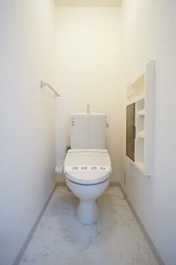 暖房洗浄便座付トイレです。ツールBOX、タオルハンガーも付いてます。
