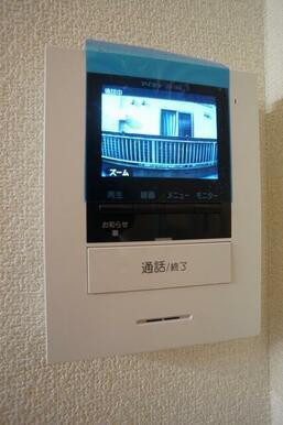 来訪者の確認が出来る安心の録画機能付カラーモニターホンです。
