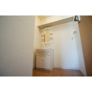 【脱衣洗面所】シャンプードレッサー装備◆洗面台上部壁には棚が付いていて重宝します。