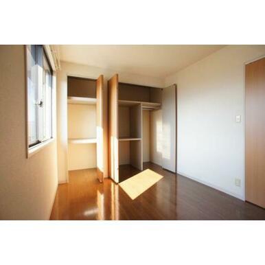 【北側洋室】収納の扉を開けた状態です。収納内部にはハンガーパイプが付いていて洋服の収納に便利です。
