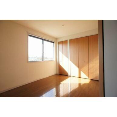 【北側洋室】西面に腰高サイズの窓が有ります。