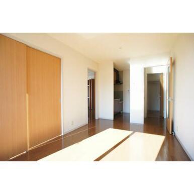 【LDK】右側のドアより玄関ホール・洗面所へ。その左隣はキッチンスペースです。
