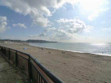 徒歩6分(420m)で由比ガ浜海水浴場です。