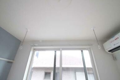【洋室】室内物干が御座います☆ 雨天時でも洗濯物を干す事が出来て安心です♪
