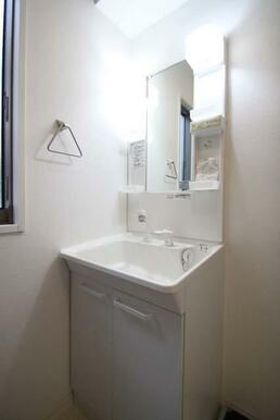 【脱衣所】独立洗面台が御座います☆ シャワーヘッドは伸縮しますので、お掃除にも便利です♪