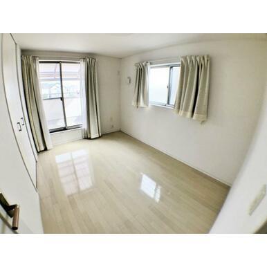 【洋室】 白を基調とした室内なのでどんなインテリアにも相性が良さそうです♪