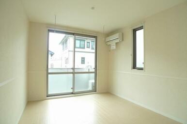 エアコン1基、室内干し用ホスクリーンのあるリビングダイニング。角部屋でお日様と風をしっかりお部屋に採