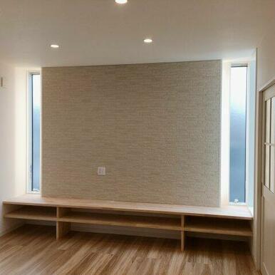 造り付けテレビボードは両サイドの裏側に間接照明があり夜は雰囲気の良さを感じさせます。