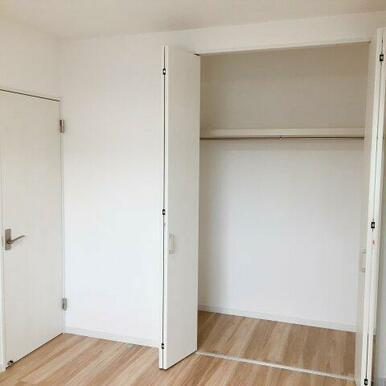 2階6帖洋室。それぞれにクローゼットがあります!