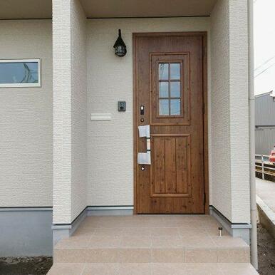 携帯やカードをかざすだけで開くカードキー搭載の玄関ドア!