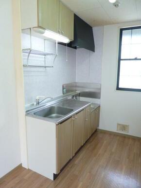 ガスコンロ設置可能でお料理しやすい、窓付きのキッチン