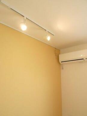 【洋室】アクセントクロス・ピクチャーレール・スライディングライトがあり、絵画などを飾る事で室内の印象