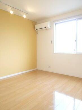 【洋室】一面だけ壁の色を変えたアクセントクロスがおしゃれな洋室です!冷暖房も付いてますよ◎