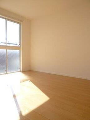 【洋室】大きな窓が付いていて明るい空間です。寝室や子供部屋etc様々な用途にどうぞご利用ください♪